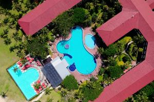 ◦ Free form pool, children's pool, outdoor jacuzzi ◦ Spacious garden area for events ◦ Spa ◦ Tennis ◦ Children's playground